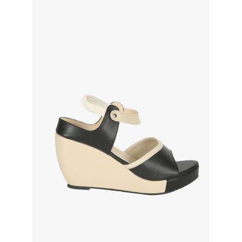 Zachho Black Solid Sandals