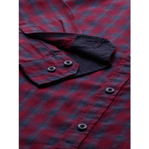 Roadster Men Maroon & Navy Blue Regular Fit Checked Casual Shirt