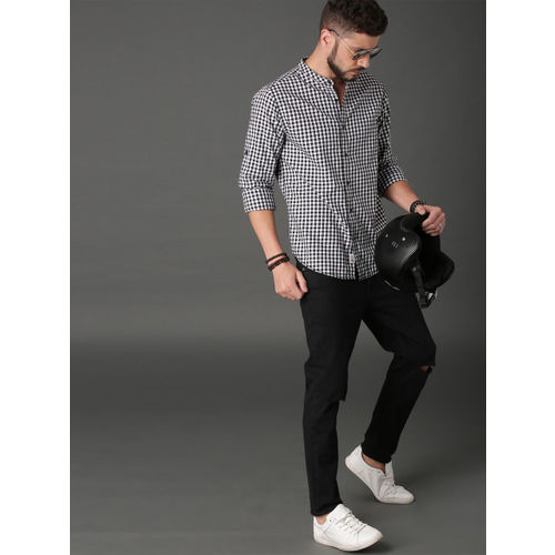 Roadster Men Black & White Regular Fit Checked Casual Shirt